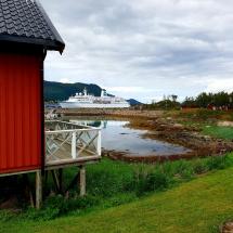 Ferienhaus in Stokmarknes mit MS Deutschland im Hintergrund
